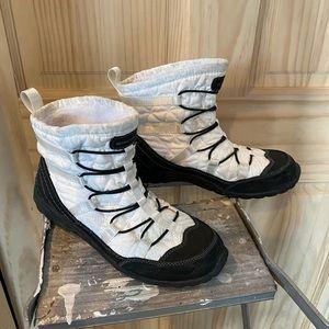 Skechers Boots Booties 6.5 White Black Winter Snow